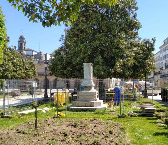 Fotografía do Comezaron os traballos para a colocación do busto de Xoán Montes na praza Maior