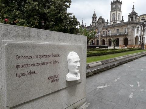 Placa A área de Cultura restaura as citas literarias da praza Maior e da rúa Bispo Aguirre