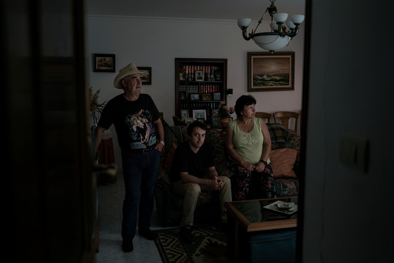 """Rubén Campo e seus pais Paco e Maribel viven en Gondras. Rubén e o seu cuñado traballan no aluminio. """"Se pecha non sei cal será o futuro""""."""